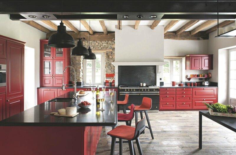 une-cuisine-ouverte-flamboyante-dans-une-maison-de-famille_5444905