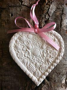 pampille coeur,coeur de roses,céramique, déco, suspendu, diffuseur, cadeau, faïence, terre, lesdécosdelaflo, plomb de nappe, maman, original, idée, pampille, accessoire, mercerie, platre