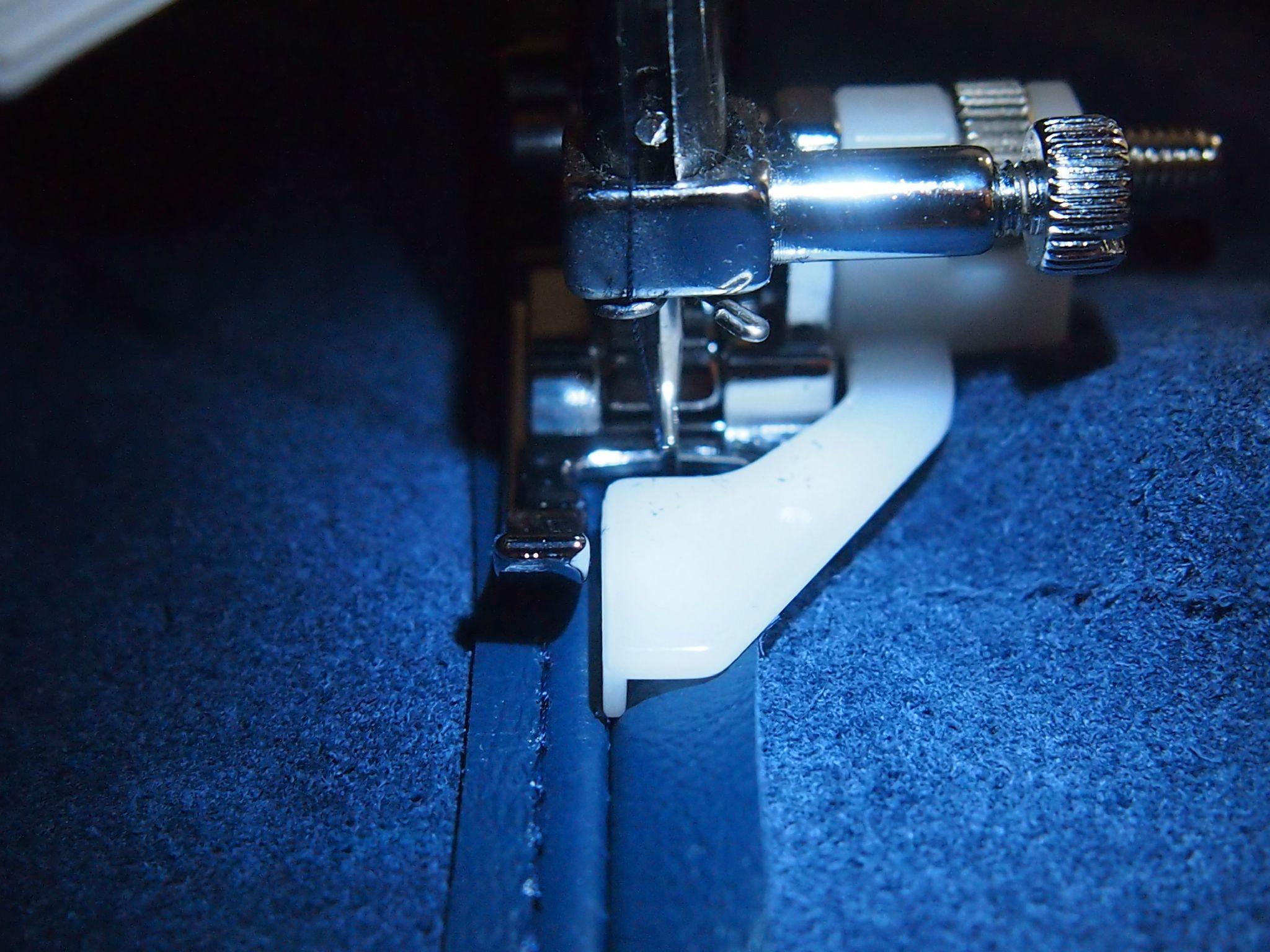 La petite veste en cuir bleu telle est une estelle - Comment enlever du stylo sur du cuir ...