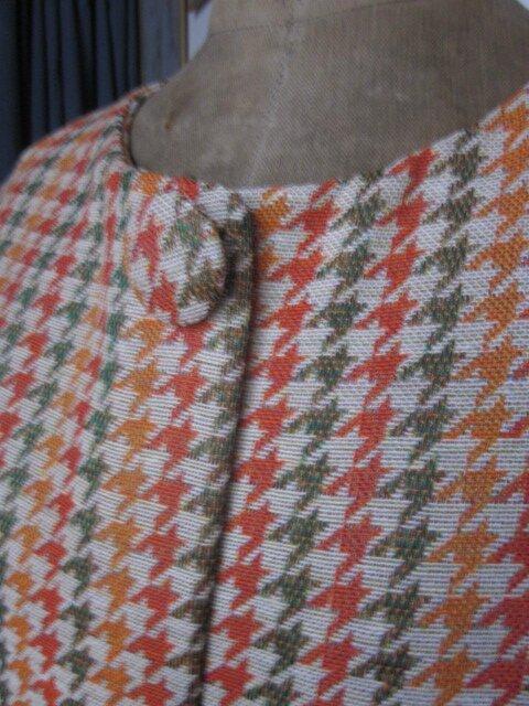 Manteau GISELE en toile polyester imprimé pied de poule kaki et orange - Doublure de satin orange - fermé par 3 pressions dissimulés sous 3 gros boutons recouverts (9)