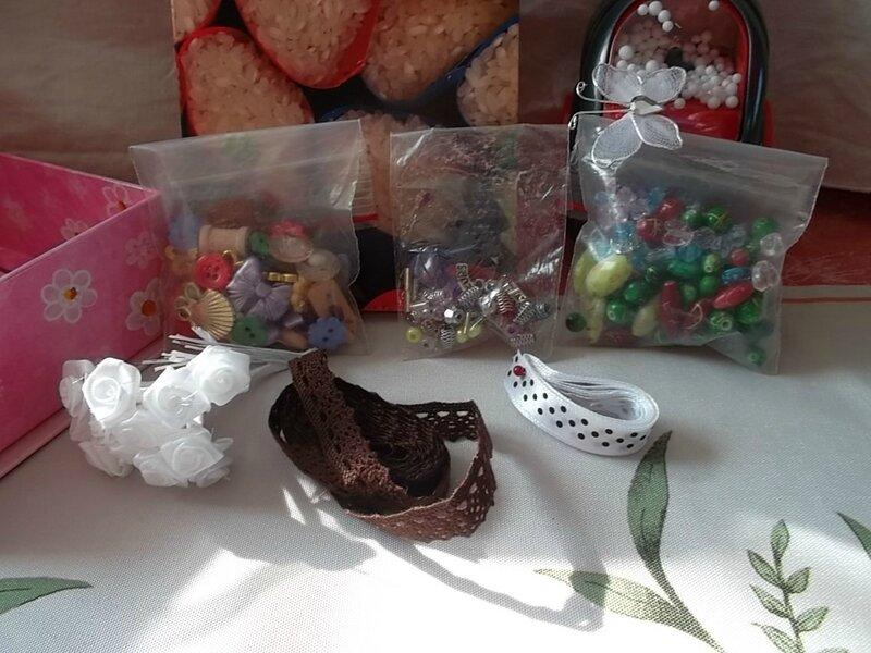 Des perles, boutons rubans, fleurs de mariage