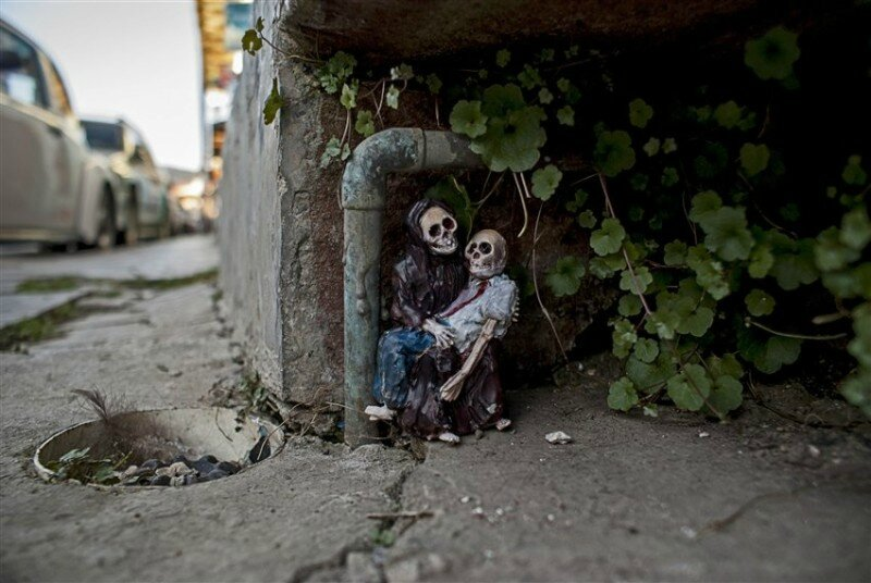 Isaac-Cordal-Cement-Skeletons-1-Chiapas-Mexico-2013-photo-credits-Isaac-Cordal-e1434122402478