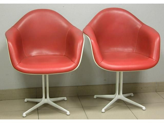 Suite de quatre fauteuils coque en fibre de verre blanche for Fauteuil eames fibre de verre