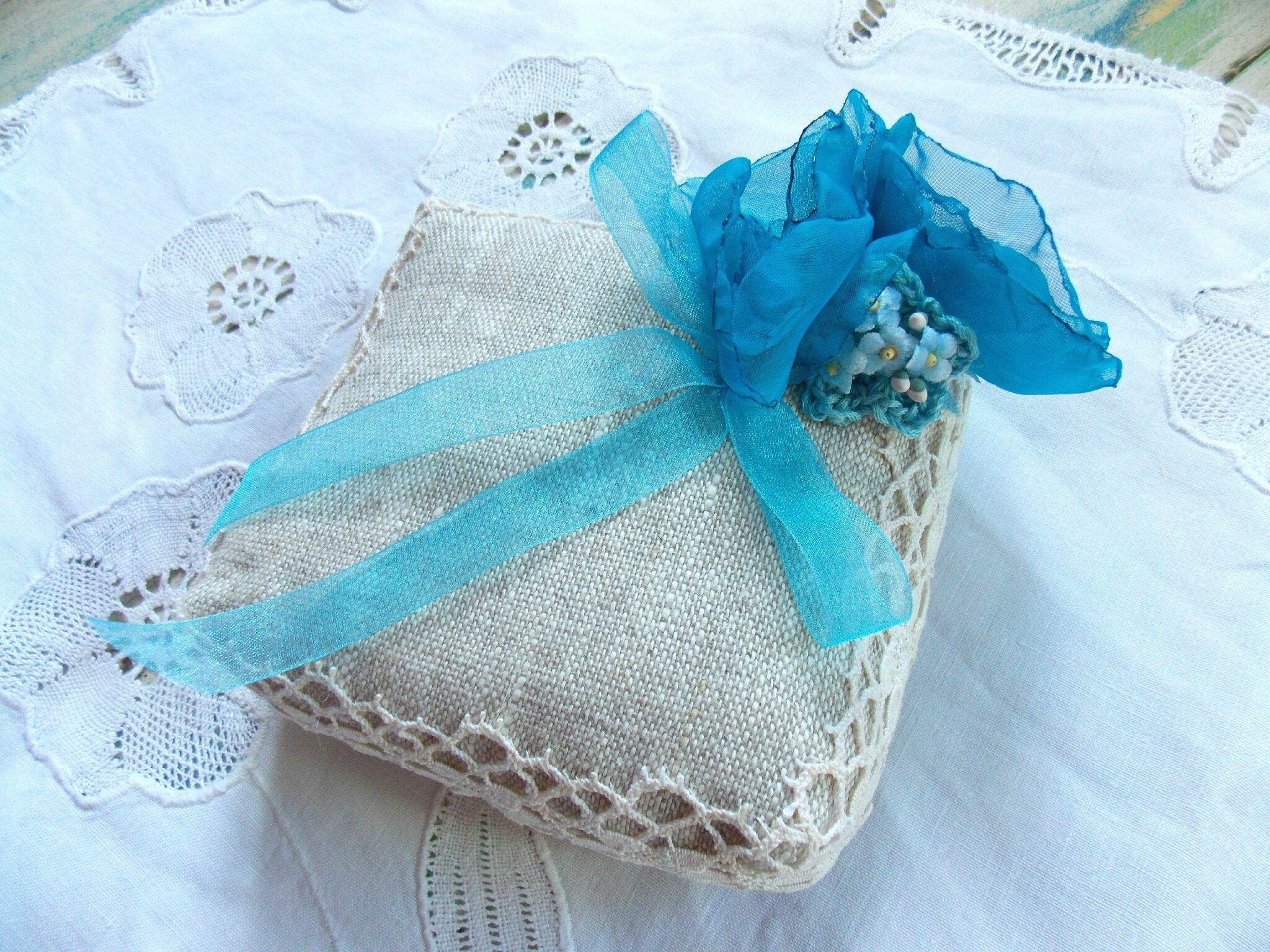 quelques fleurs faites main pour des coussins de mariage ficelle et bout de tissu. Black Bedroom Furniture Sets. Home Design Ideas