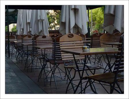 Lyon_cafe_tasse_seule_parasols_042011