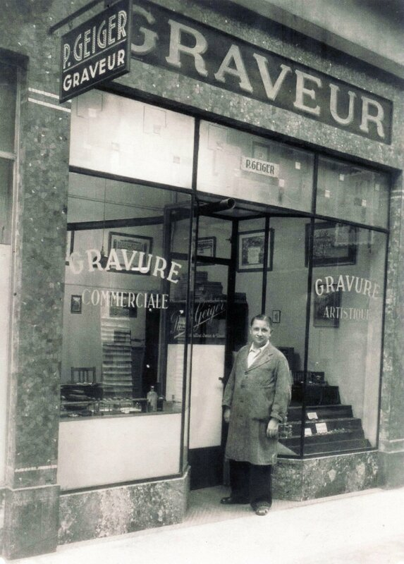 (Photo 157) Le graveur Pierre Geiger devant son magasin du Passage Bleu