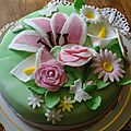Gateau anniversaire creme pistache decor pate a sucre