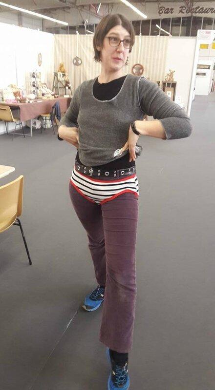Une couturette fait la pose avec sa culotte CHARLOTTE en jersey rayé et élastique rouge lors de l'atelier couture d'Oriane à l'AEF Paris (2)
