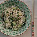Poêlée de nouilles somen aux parures de légumes, aux petits pois et au sésame
