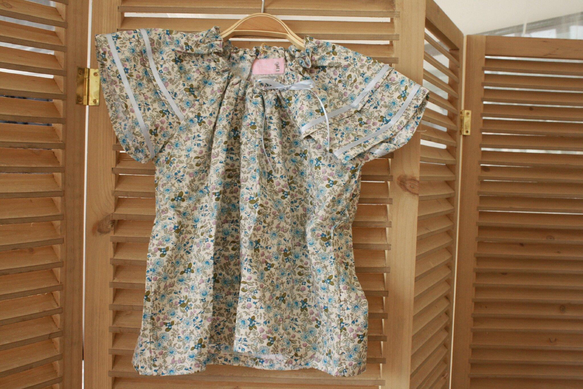 Blouse à manches volantées tissu fleurs bleues, 3 ans, 25€