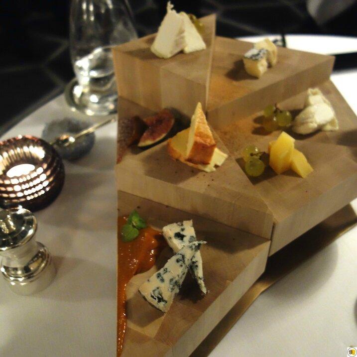 Podium de fromages fermiers de Chez Xavier, affinés pour nous