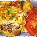 Omelette aux mousserons, pommes de terre soufflees et salade de tomates