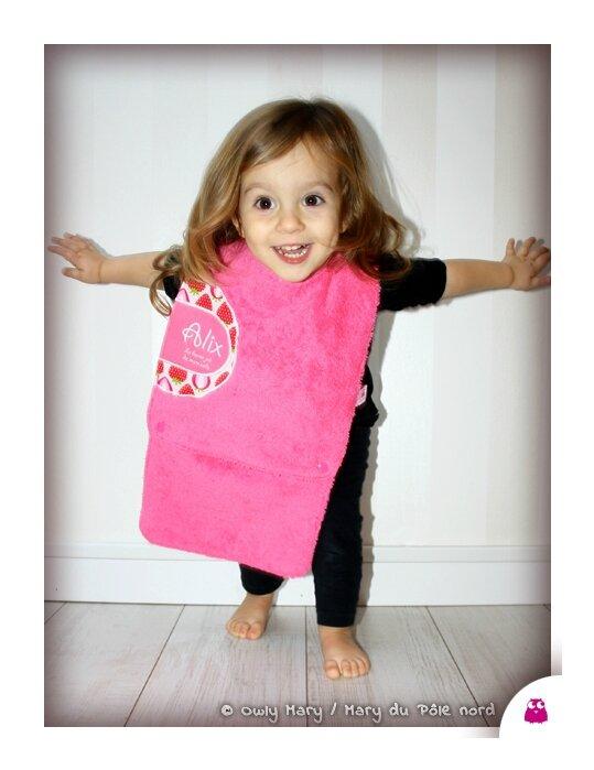 IMG_4843-ALIX-owly-mary-du-pole-nord-bavoir-fille-mixte-bebe-bavette-fruit-fraise-essuie-bouille-amovible-rallonge-rose-fuchsia-fuschia