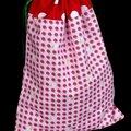 Des fraises ... des pois ... du rose ... du rouge ... un pochon à lingerie, un sac à jouets de fille ou un sac à goûter ?