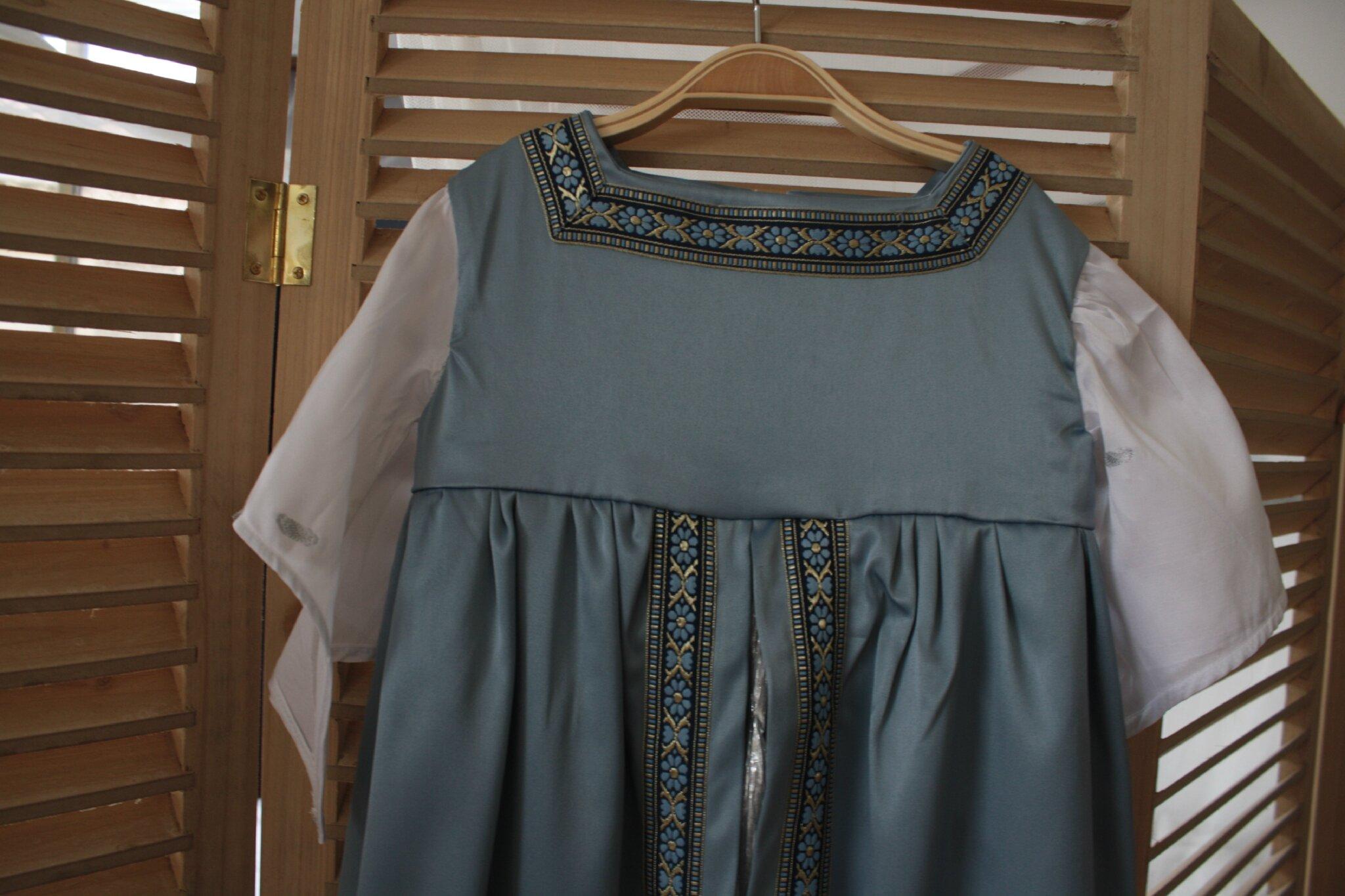 Robe de princesse, satin bleu, sous jupe plissée argentée, 6 -8 ans, 70 €