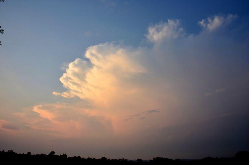 Enclume de cumulonimbus au soleil couchant...