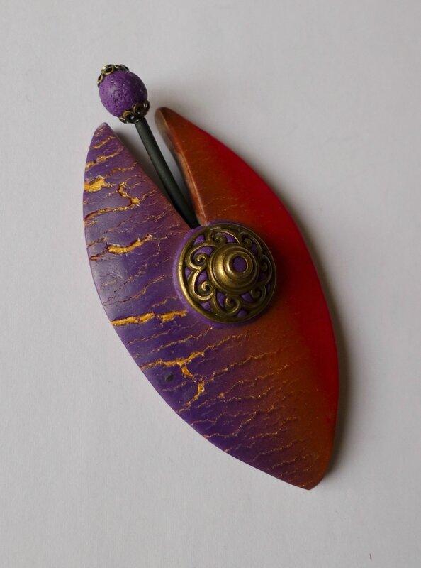 2014 1070943 broche violet rouge craquelée