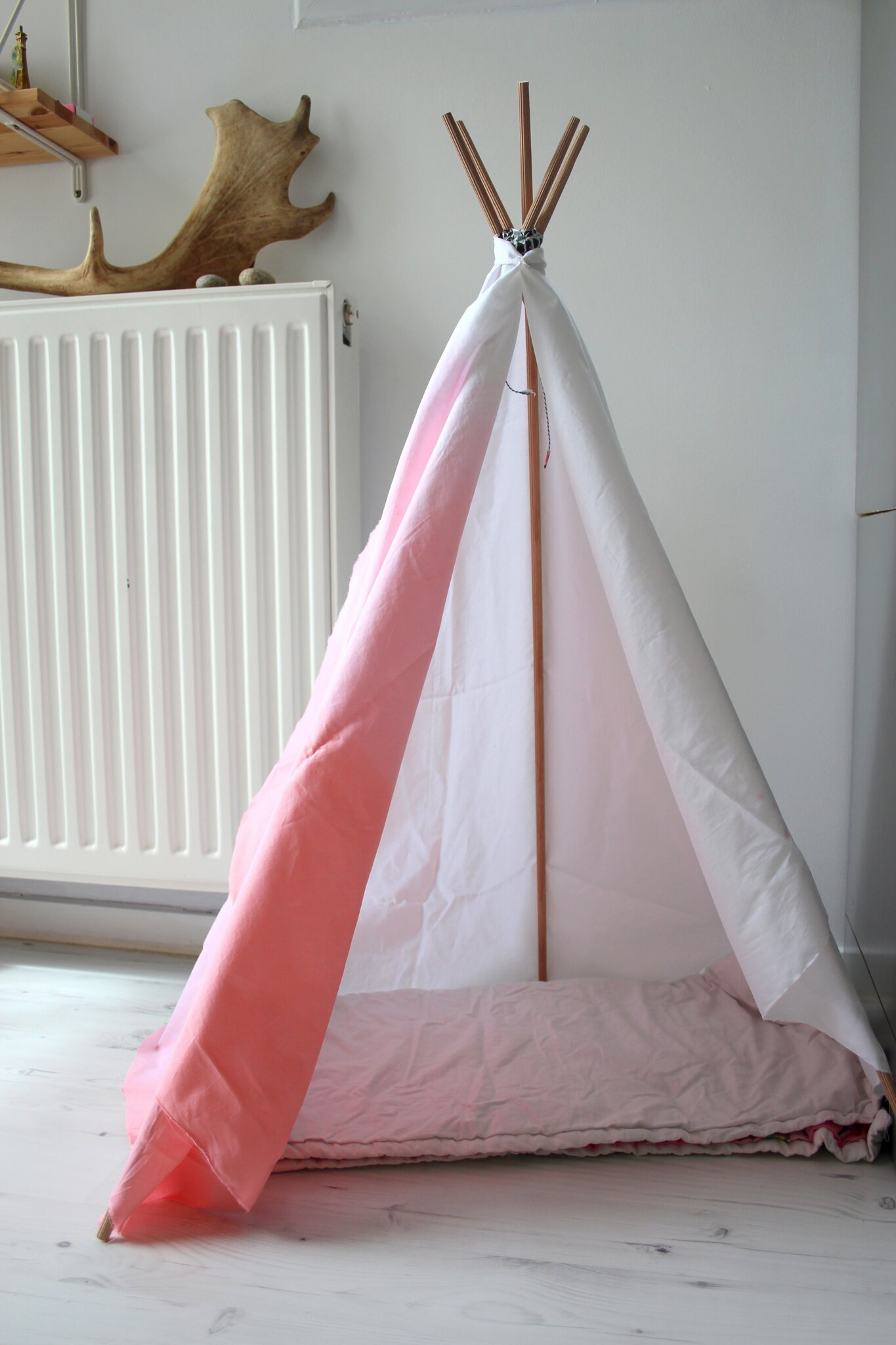 tipi for cat diy emilie sans chichi. Black Bedroom Furniture Sets. Home Design Ideas