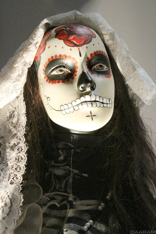 Extra wearing a traditional dress and make-up during the day of the dead «Spectre» 2015. Photo: Olivier Daaram Jollant © 2016