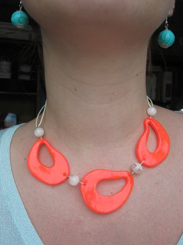 collier galets fluo (1)