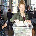 Les nouveaux jeunes électeurs reçoivent leur carte d'électeur