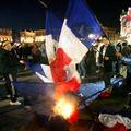 Les chances pour la france brûlent le drapeau français place du capitole à toulouse