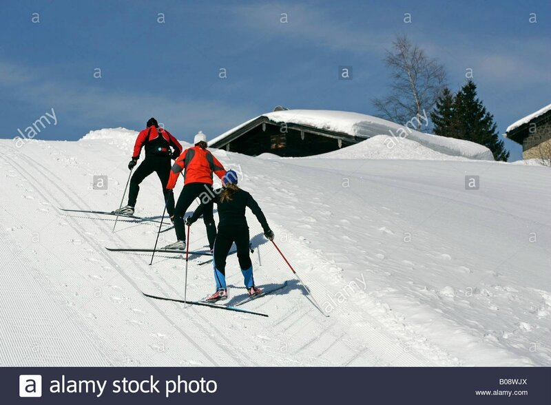 cross-country-skiing-skiers-walking-uphill-B08WJX