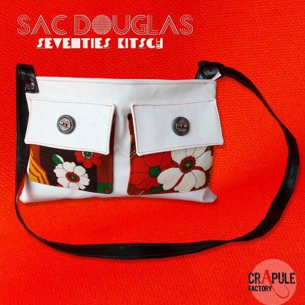 sac-a-main-de-createur-douglas-original-kitsch-decale-simili-cuir-blanc-fleurs-seventies-et-bouton11