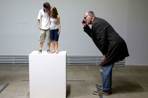 Ron Mueck young couple Photo Charles Platiau