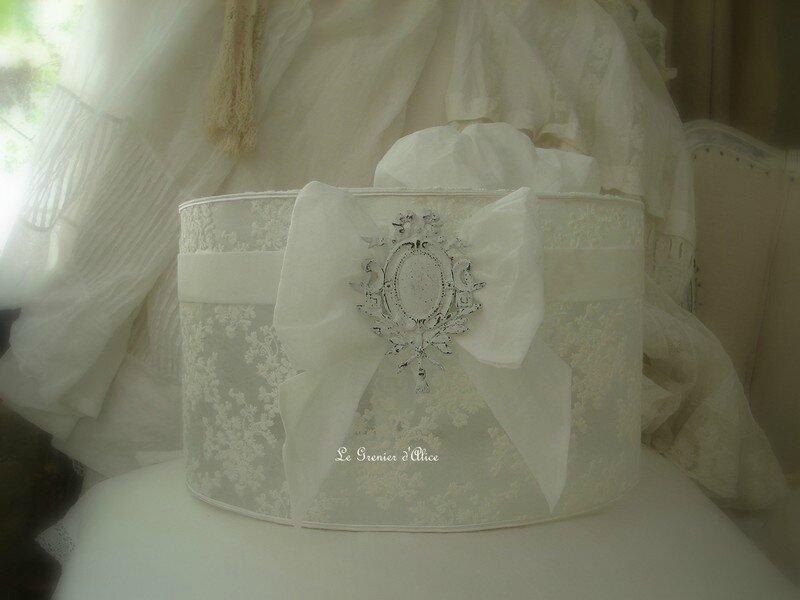 Suspension abat jour voile dentelle de mariée voile blanc petites fleurs ornement moulure blanc lampshade shabby chic décoration romantique décoration de charme esprit nordique esprit gustavien 1 gf