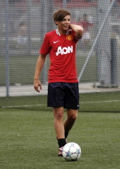 Sweet-Louis-Playing-A-Football-Game-In-Doncaster-He-s-On-The-Ball-100-Real-louis-tomlinson-23277231-498-700