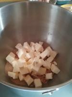 Gâteau aux poies, noisettes torréfiées et pralinoise 011