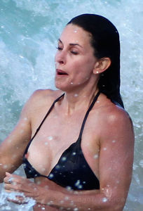 7566_courteney_cox_bikini_nipple_slip_03