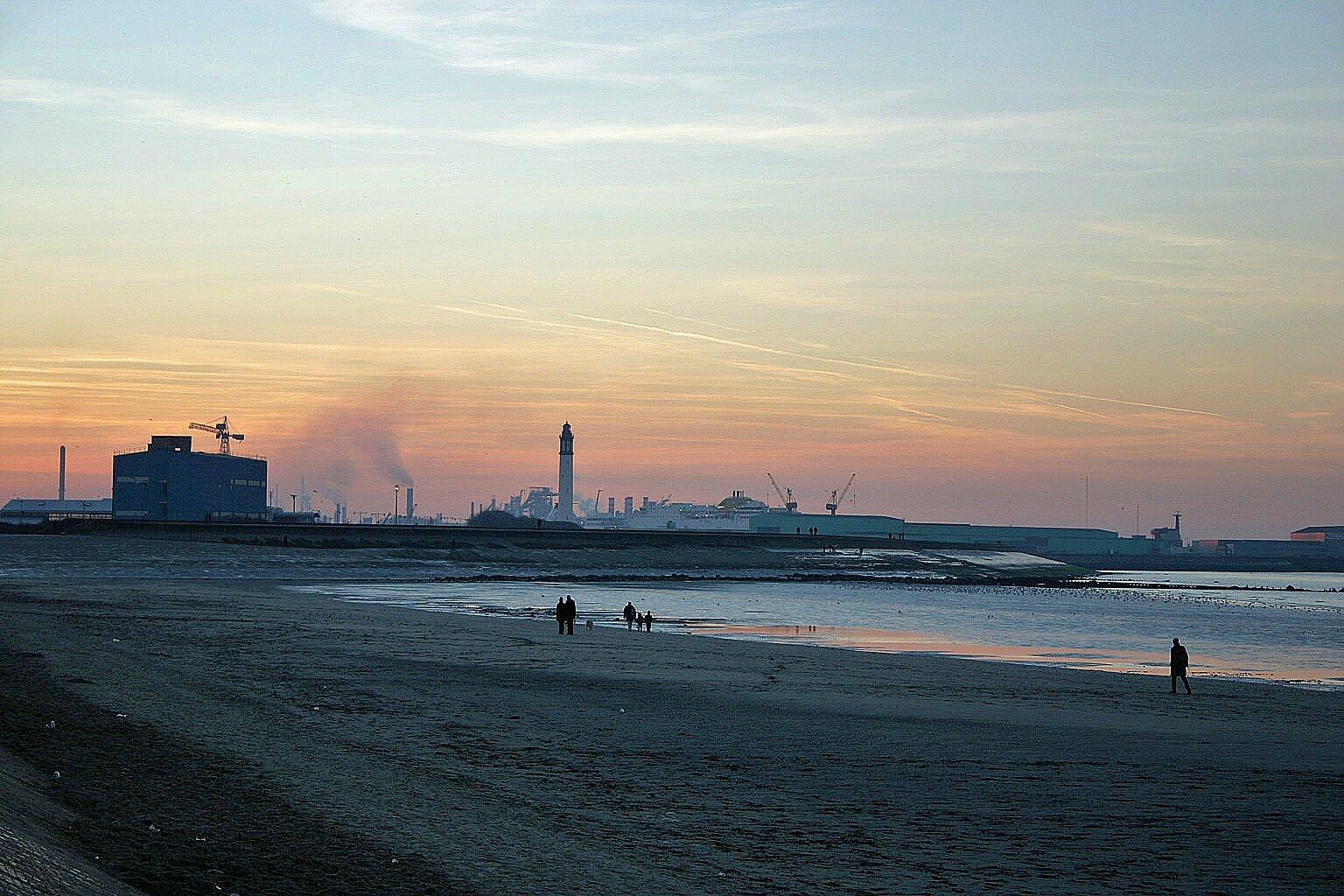 Le port de dunkerque vu de la plage de malo les bains - Piscine de malo les bains ...