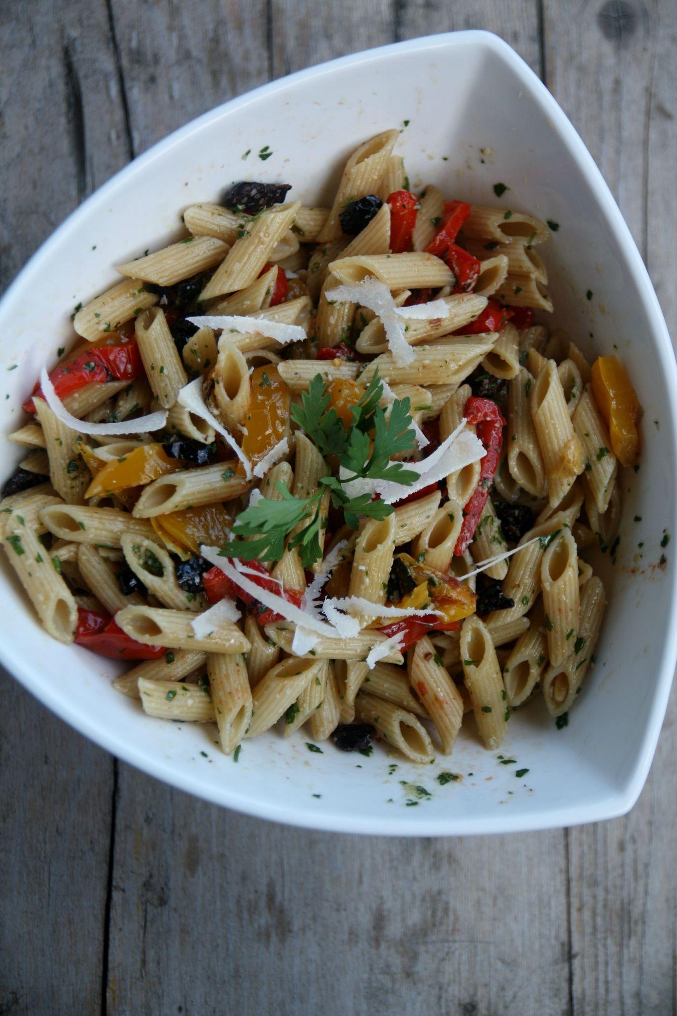 Salade de pâtes aux poivrons, olives, tomates confites et pesto de ... - Salade Pates Pesto