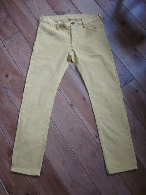 Un jeans slim home made en toile de coton jaune aspect velours pour LUI...