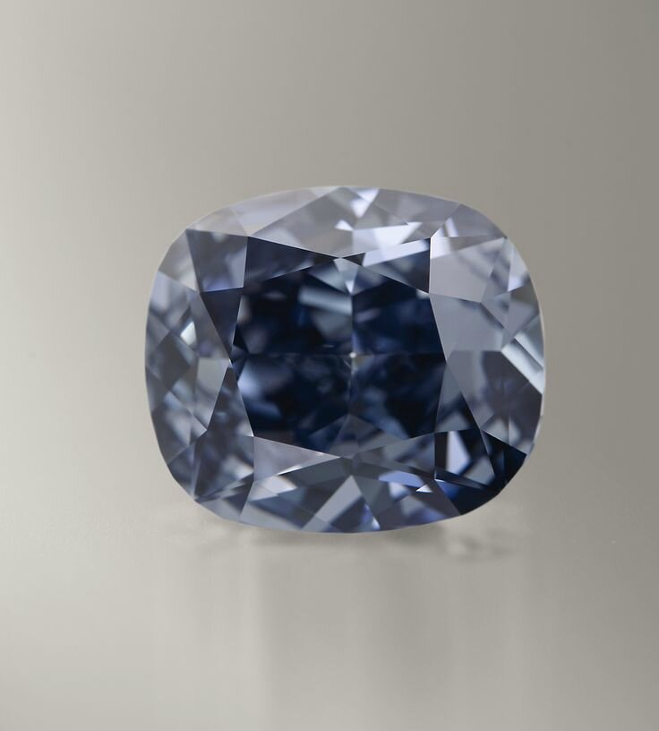 Sotheby's proposera le sensationnel « BLUE MOON DIAMOND » pesant 12,03 carats : Le plus grand diamant bleu «Fancy Vivid Blue»
