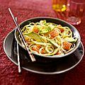 Salade de nouilles tièdes au saumon et à l'avocat
