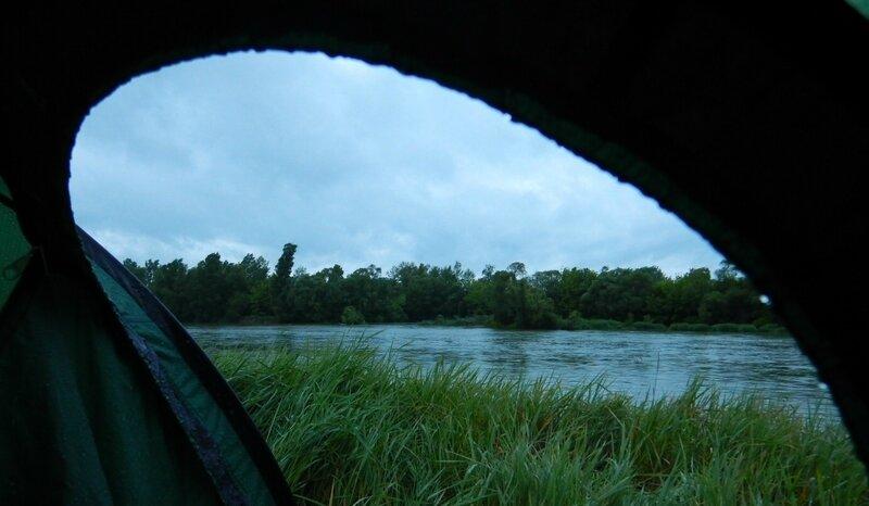 Soirée pluvieuse sur le Doubs, du fond de la tente