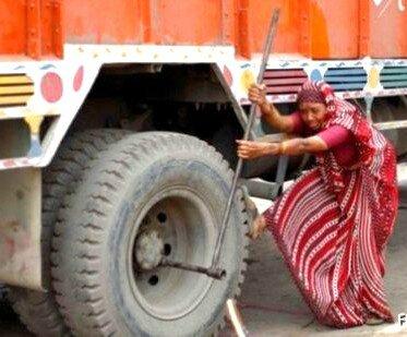 femme poussant camion