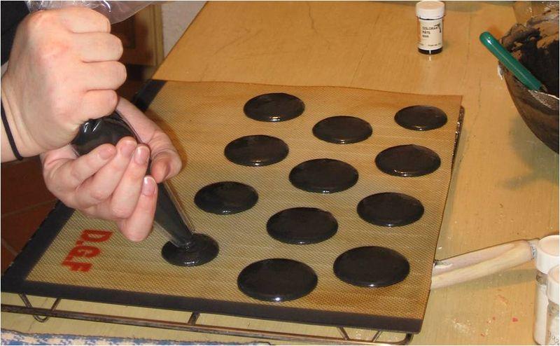 petit conseil pour la coloration ne pas hsiter surdoser le colorant noir car sinon les macarons deviennent gris en cuisant - Colorant Pour Macaron