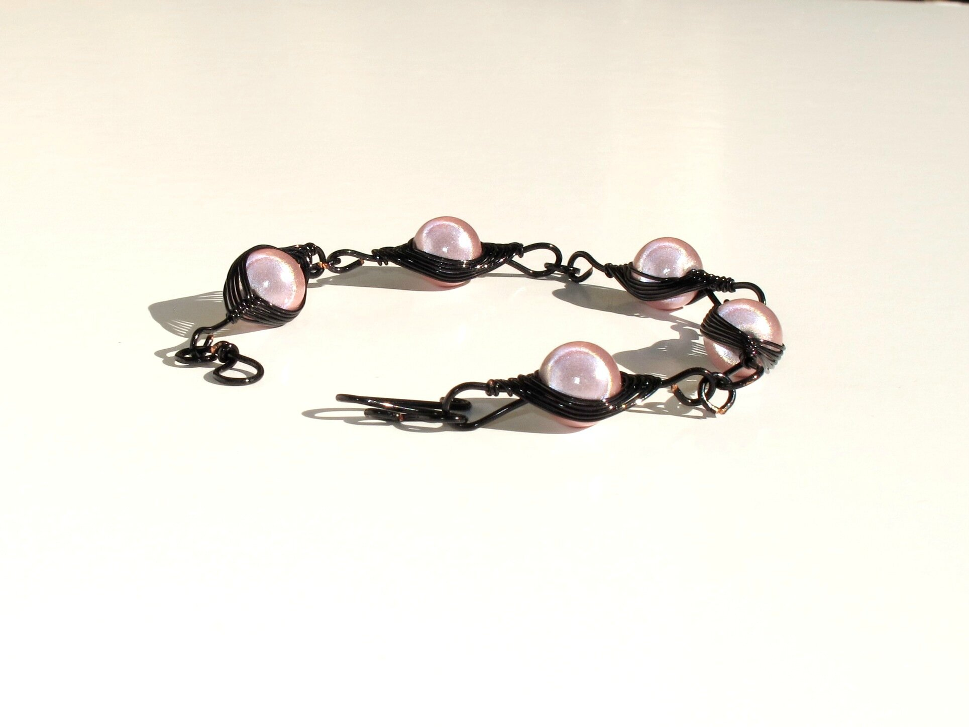 bracelet wire noir perles roses 2