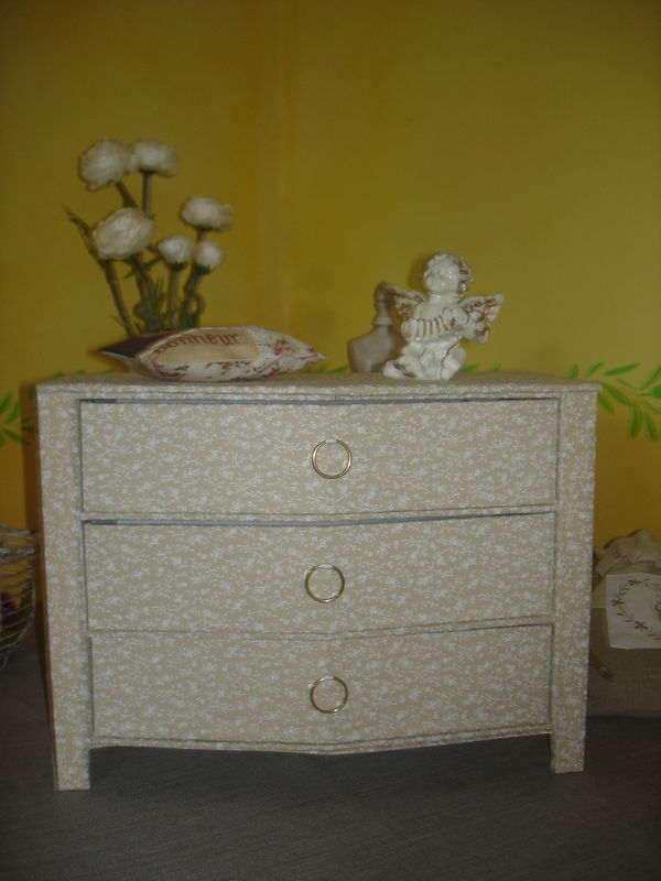 COMMODE A DENTELLES EN CARTONNAGE 1