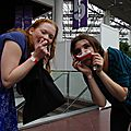 Les cosplayeuses Vanta et Ju-Mangie se partagent le loot alimentaire du concours cosplay