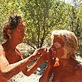 Les peintures corporelles et les bains d'argile aux sentiers du bivouac