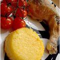 Poulet farci sous la peau, tomates rôties et polenta