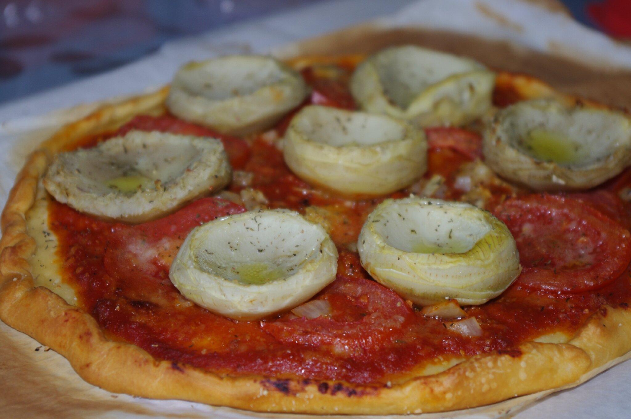 Pizza tomates/oignons/coeur d'artichauts & parmesan