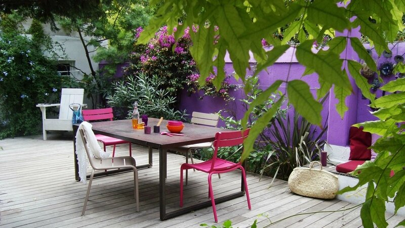 08397216-photo-apres-terrasse-violette-table-a-manger-bois