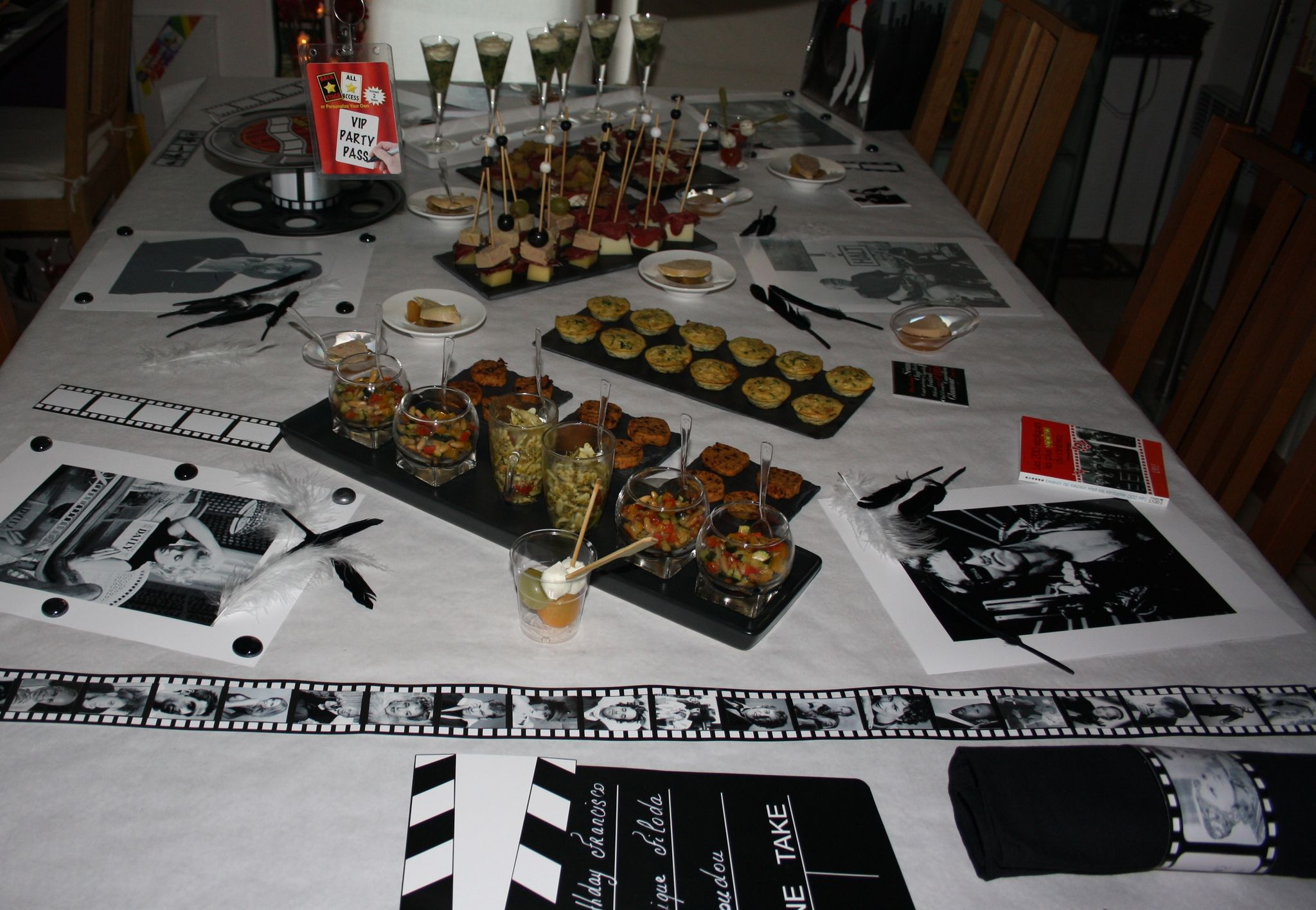 Buffet anniversaire th me cin ma 1 re partie verre aux for Centre de table cinema