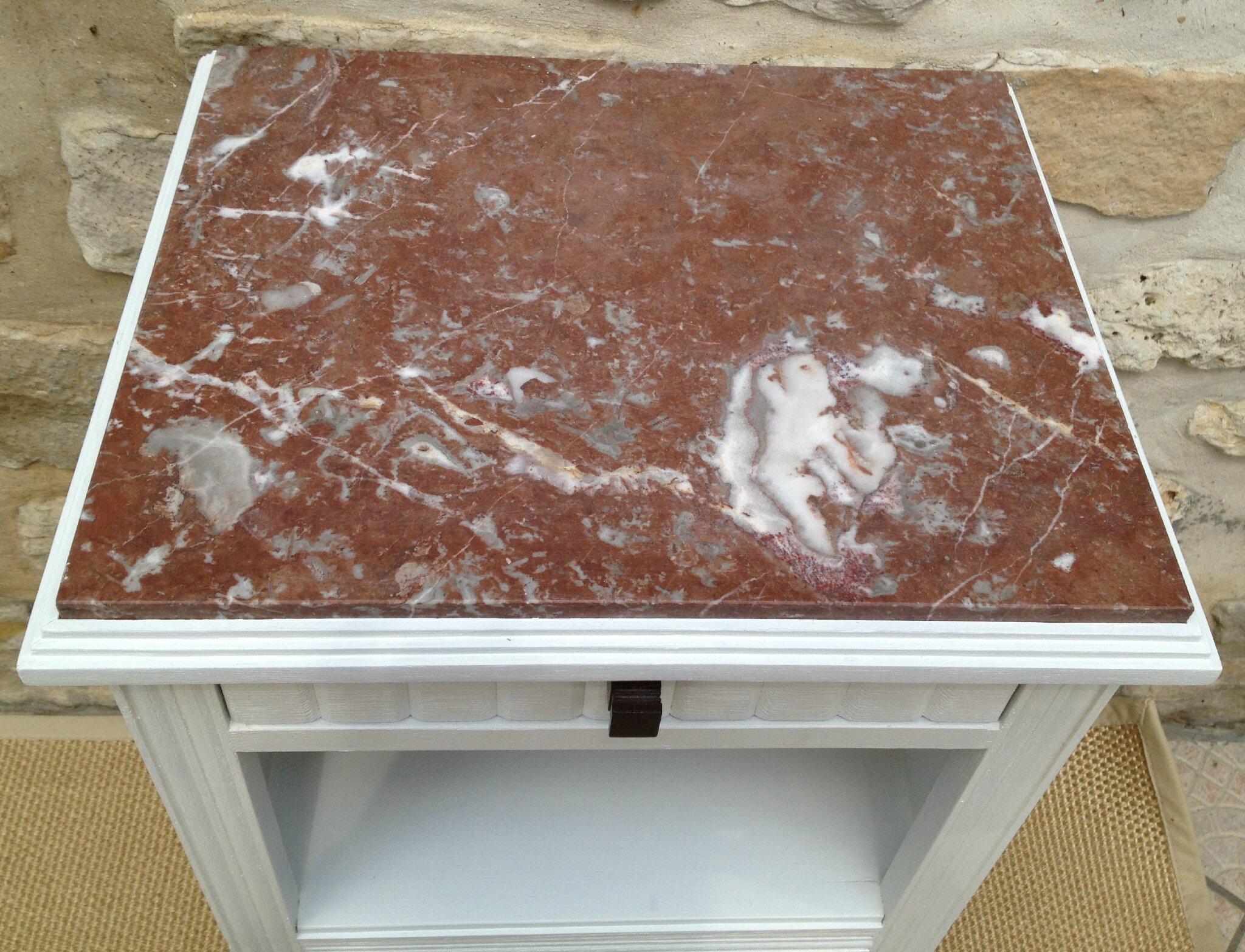 ancienne table de chevet repeinte en blanc avec dessus marbre atelier darblay le meuble d 39 c t. Black Bedroom Furniture Sets. Home Design Ideas